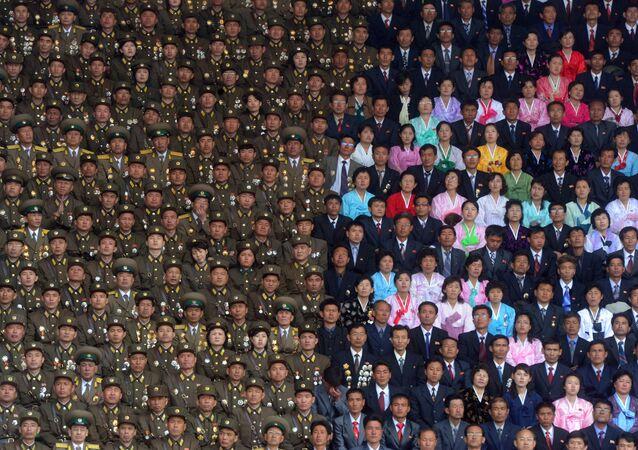 Żołnierze Koreańskiej Armii Ludowej i mieszkańców Pjongjangu na stadionie im. Kim Ir Sena