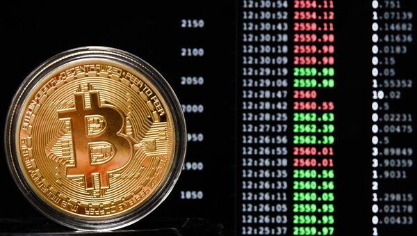 Pamiątkowa moneta kryptowaluty bitcoin - Sputnik Polska