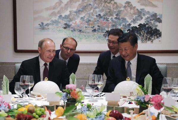 Władimir Putin i Xi Jinping podczas biznes lunchu - Sputnik Polska