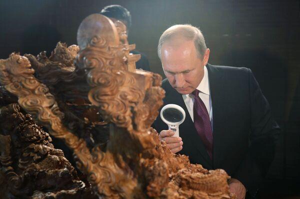 Władimir Putin na wystawie przedmiotów dziedzictwa kulturowego Chin - Sputnik Polska