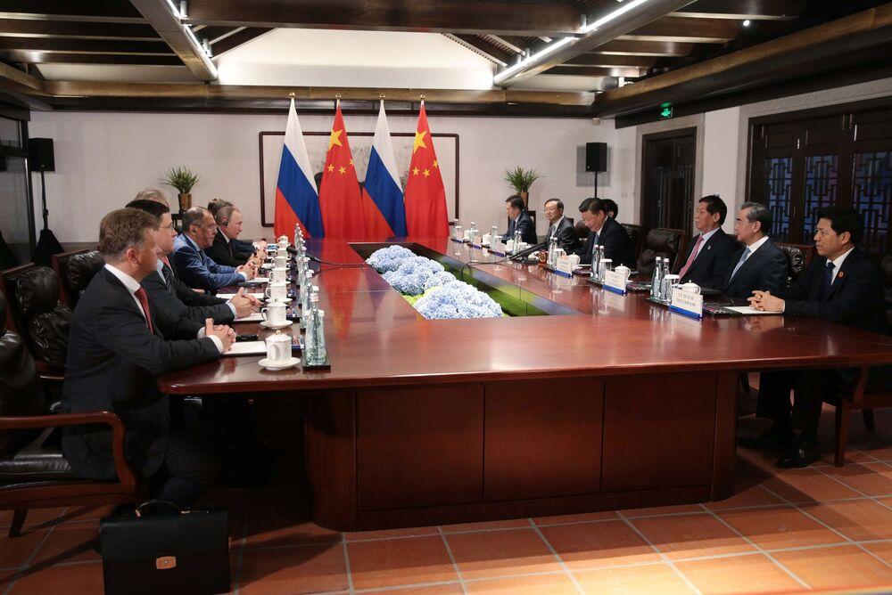 Władimir Putin i Xi Jinping podczas negocjacji