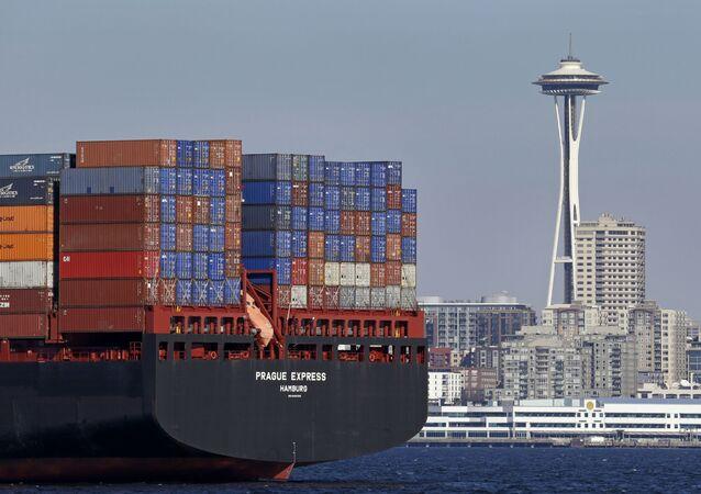 Statek handlowy z kontenerami w Seattle, USA