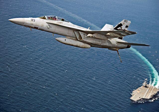 Amerykański myśliwiec bombowy F/A-18F Super Hornet leci nad lotniskowcem USS Gerald R. Ford
