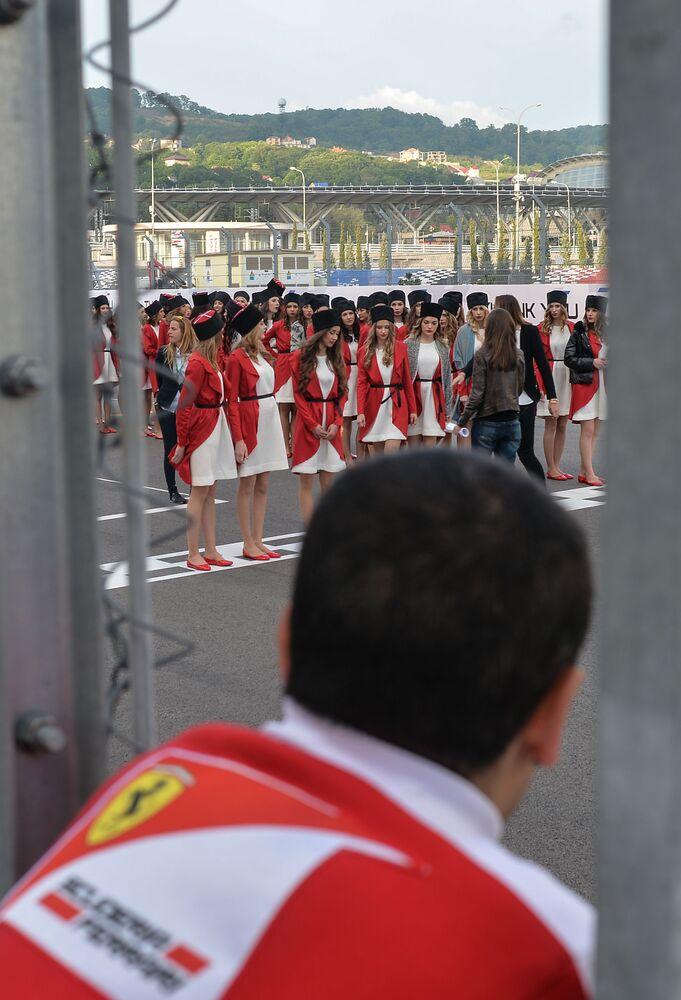 Hostessy podczas prób przed Grand Prix w Rosji