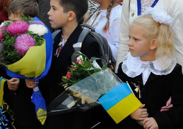 Uczniowie na uroczystym apelu poświęconym Dniu Wiedzy w Kijowie.