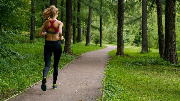 Dziewczyna biegająca w parku - Sputnik Polska