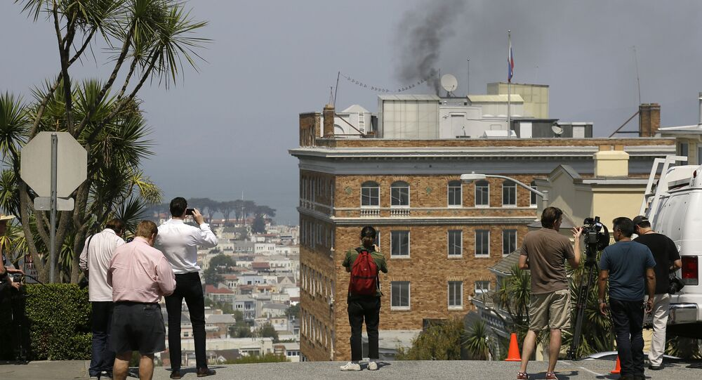 Dym nad dachem Konsulatu Generalnego Rosji w San Francisco