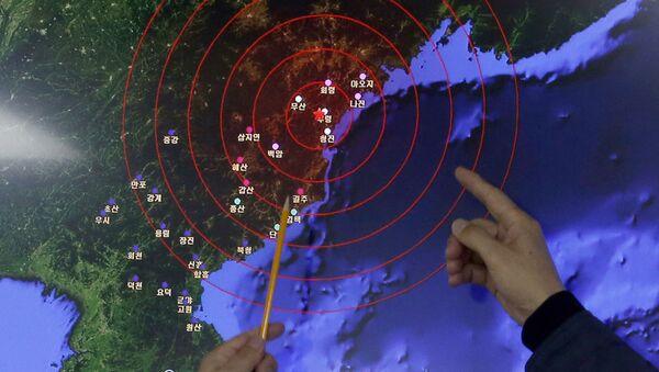 Pracownicy Koreańskiej Administracji Meteorologicznej pokazują na centrum fali sejsmicznej w Korei Północnej wywołanej testem bomby wodorowej - Sputnik Polska