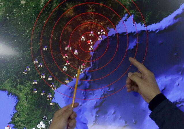 Pracownicy Koreańskiej Administracji Meteorologicznej pokazują na centrum fali sejsmicznej w Korei Północnej wywołanej testem bomby wodorowej