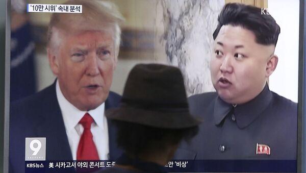 Prezydent USA Donald Trump i lder Korei Północnej Kim Dzong Un na ekranie telewizora, Seul - Sputnik Polska