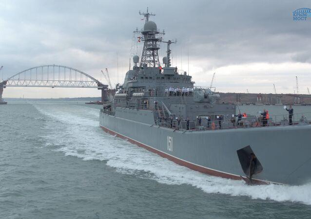 Duży okręt desantowy Floty Czarnomorskiej «Azow» płynie przez Cieśninę Kerczeńską