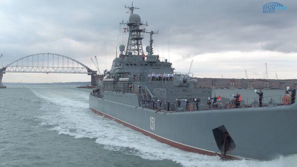Duży okręt desantowy Floty Czarnomorskiej «Azow» płynie przez Cieśninę Kerczeńską - Sputnik Polska