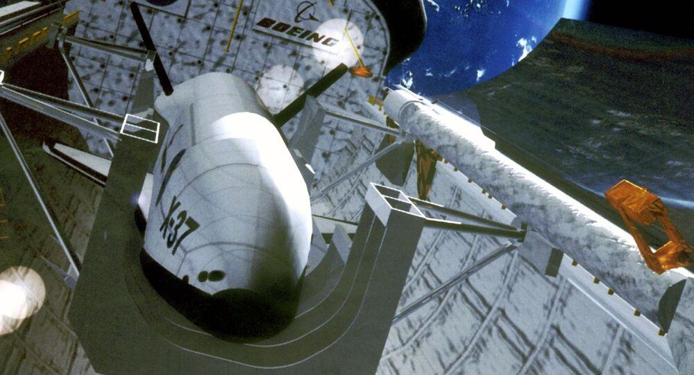 Ilustracja drona X-37 w kosmosie