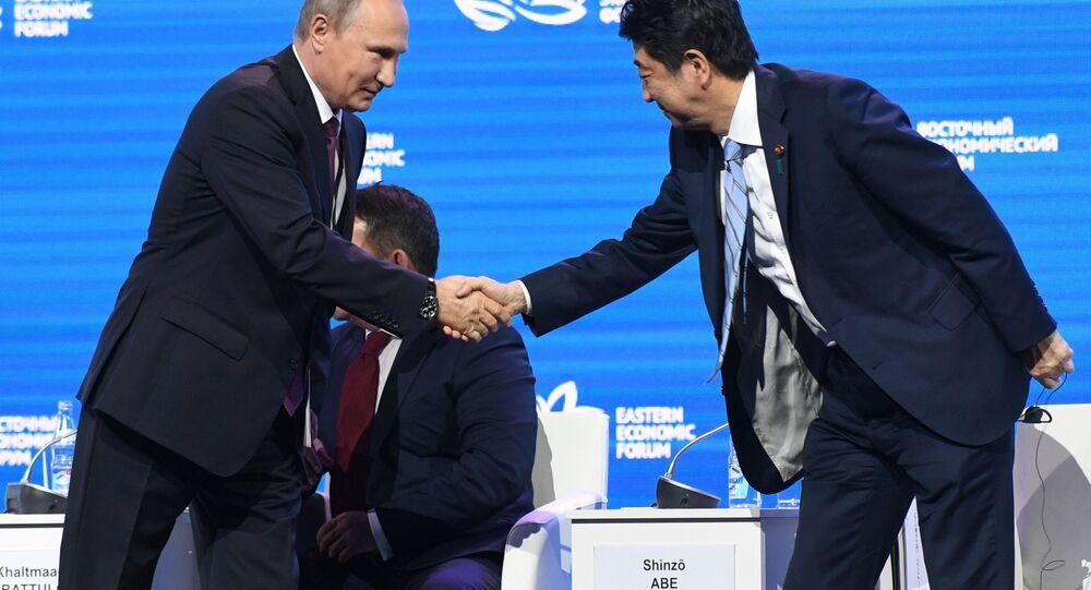 Prezydent Rosji Władimir Putin i premier Japonii Shinzo Abe na posiedzeniu plenarnym III Wschodniego Forum Ekonomicznego we Władywostoku