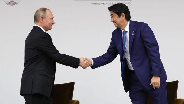 Prezydent Rosji Władimir Putin i premier Japonii Shinzo Abe na posiedzeniu plenarnym III Wschodniego Forum Ekonomicznego we Władywostoku - Sputnik Polska