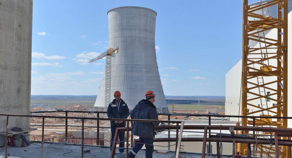 Robotnicy na placy budowlanym Białoruskiej Elektrowni Jądrowej w Ostrowcu