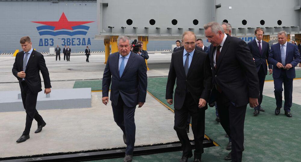 """Prezydent Rosji Władimir Putin podczas odwiedzin dalekowschodniego kompleksu stoczniowego """"Zwiezda"""""""