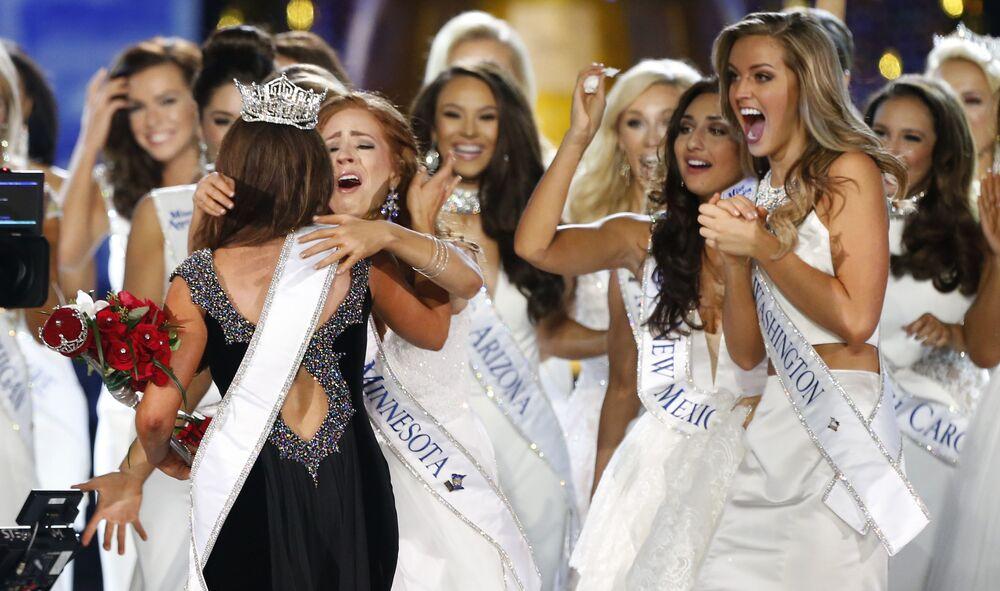 Miss Dakoty Północnej Cara Mund przyjmuje gratulacje po ogłoszeniu werdyktu