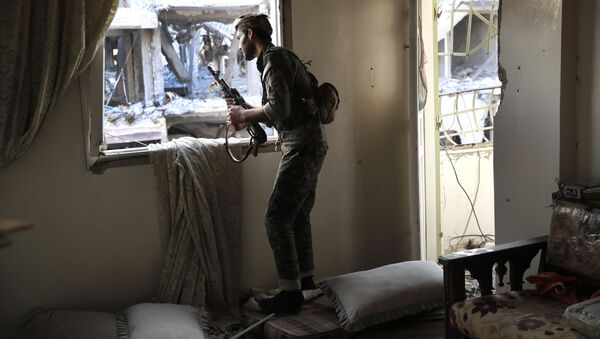 Członek Demokratycznych Sił Syrii wspieranych przez USA na linii frontu w Rakce, Syria. Zdjęcie archiwalne - Sputnik Polska