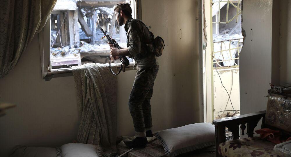Członek Demokratycznych Sił Syrii wspieranych przez USA na linii frontu w Rakce, Syria. Zdjęcie archiwalne