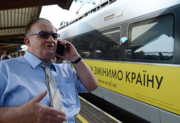 Europoseł Jacek Saryusz-Wolski na stacji kolejowej w polskiej Przemyślu - Sputnik Polska