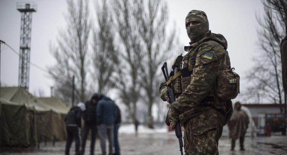 Ukraiński żołnierz przy centrum pomocy humanitarnej w Awdiejewce