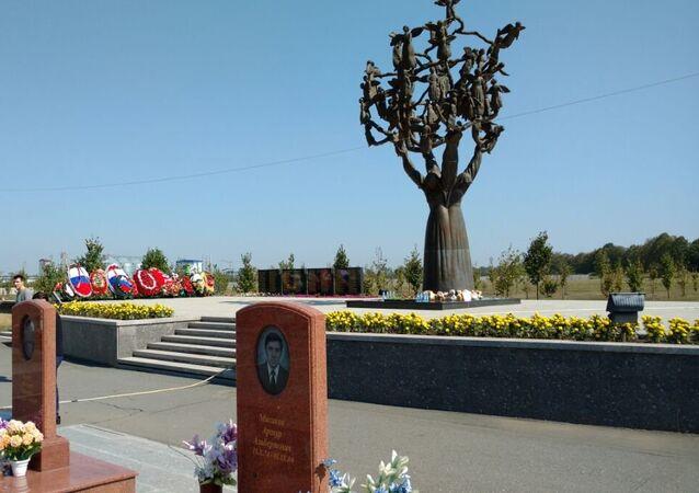 Drzewo Pamięci w Mieście Aniołów, Biesłan, cmentarz pamiątkowy