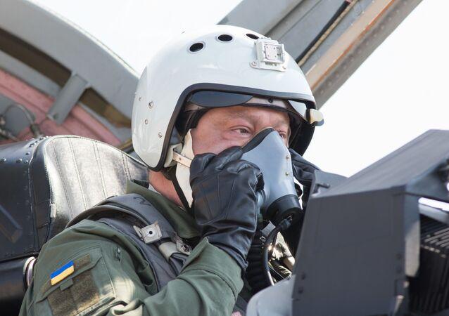 Petro Poroszenko w kabinie Mig-29