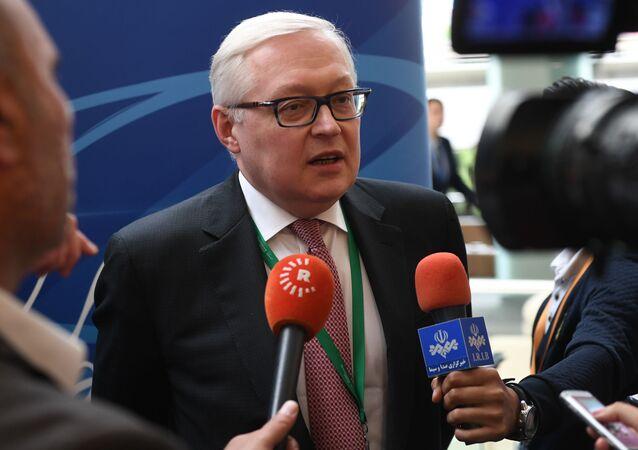 Zastępca ministra spraw zagranicznych Rosji Siergiej Riabkow rozmawia z dziennikarzami na międzynarodowym forum Primakowskie Czytania