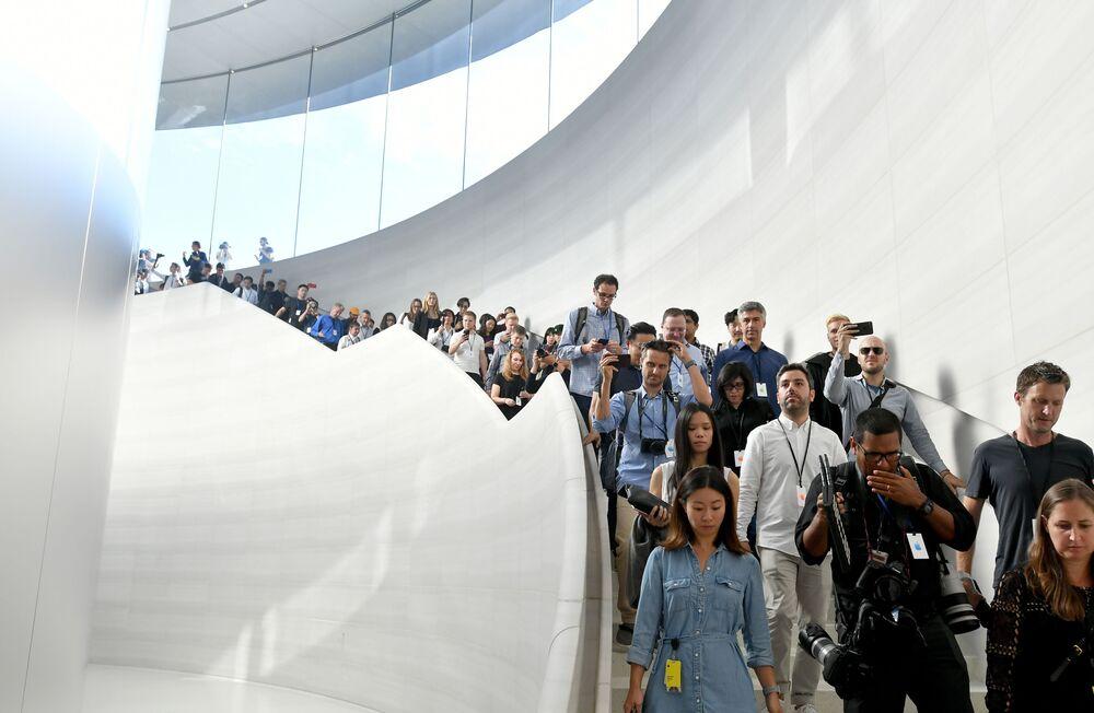 Pracownicy mediów w nowej siedzibie firmy Apple przed prezentacją nowych produktów