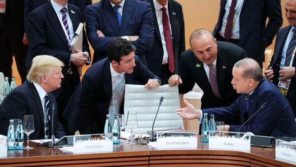 Amerykański prezydent Donald Trump, prezydent Turcji Recep Tayyip Erdogan rozmawiają przed startem pierwszego posiedzenia szefów delegacji państw G20 w Hamburgu - Sputnik Polska
