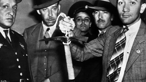 Meksykańscy policjanci trzymający w rękach czekan, którym zabito Lwa Trockiego - Sputnik Polska