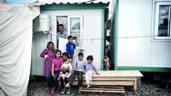 Rodzina afgańskich uchodźców w Atenach - Sputnik Polska