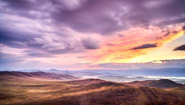 Zachód słońca na wyspie Olchon. Widok na cieśninę Małe Morze nad Bajkałem. - Sputnik Polska