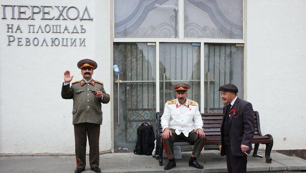 Aktorzy przebrani za Lenina i Stalina na ulicy Nikolskiej. - Sputnik Polska