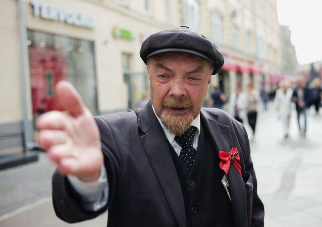 Aktor przebrany za Lenina na ulicy Nikolskiej.