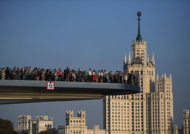 """Atrakcją parku """"Zariadje"""" jest wznoszący się most nad rzeką Moskwą."""