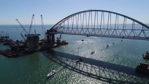Uczestnicy regat przepłynęli pod łukiem Mostu Kerczeńskiego - Sputnik Polska