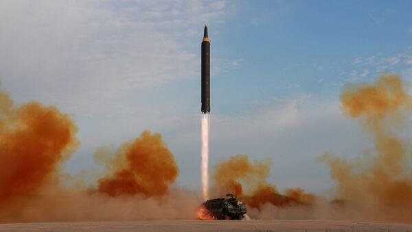 Wystrzał rakiety balistycznej Hwasong-12 - Sputnik Polska