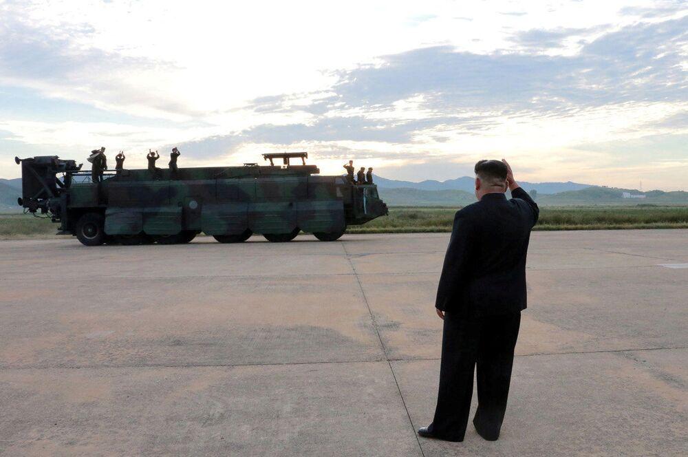 Przywódca KRLD Kim Dzong Un przed wystrzeleniem rakiety balistycznej Hwasong-12