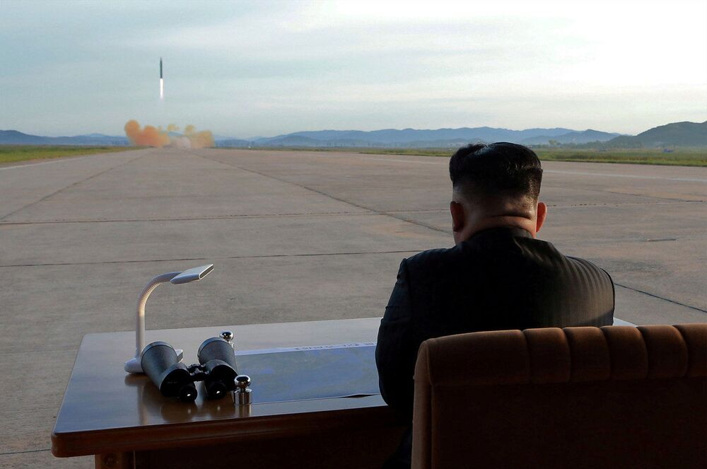 Przywódca KRLD Kim Dzong Un podczas wystrzelenia rakiety balistycznej Hwasong-12