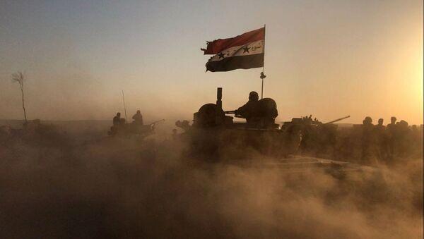 Czołgi syryjskiej armii na pozycjach w rejonie Dajr az-Zaur - Sputnik Polska