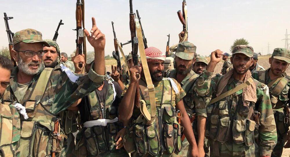 Żołnierze syryjskiej armii przed przystąpieniem do forsowania Eufratu niedaleko Dajr az-Zaur