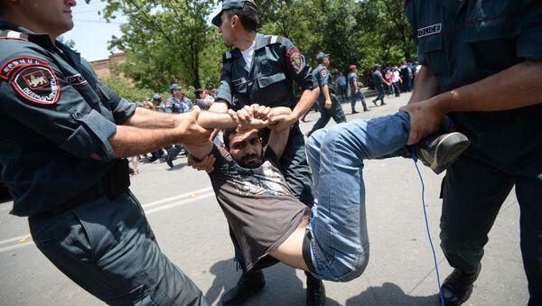 Policja zatrzymuje uczestnika akcji protestacyjnej przeciwko podniesieniu cen energii elektrycznej w Erywaniu - Sputnik Polska