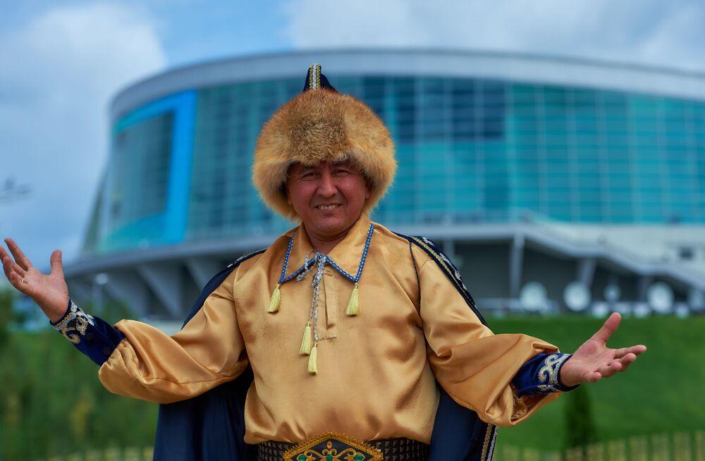 Mieszkaniec Ufy przy wejściu do Wioski Etnicznej Watan