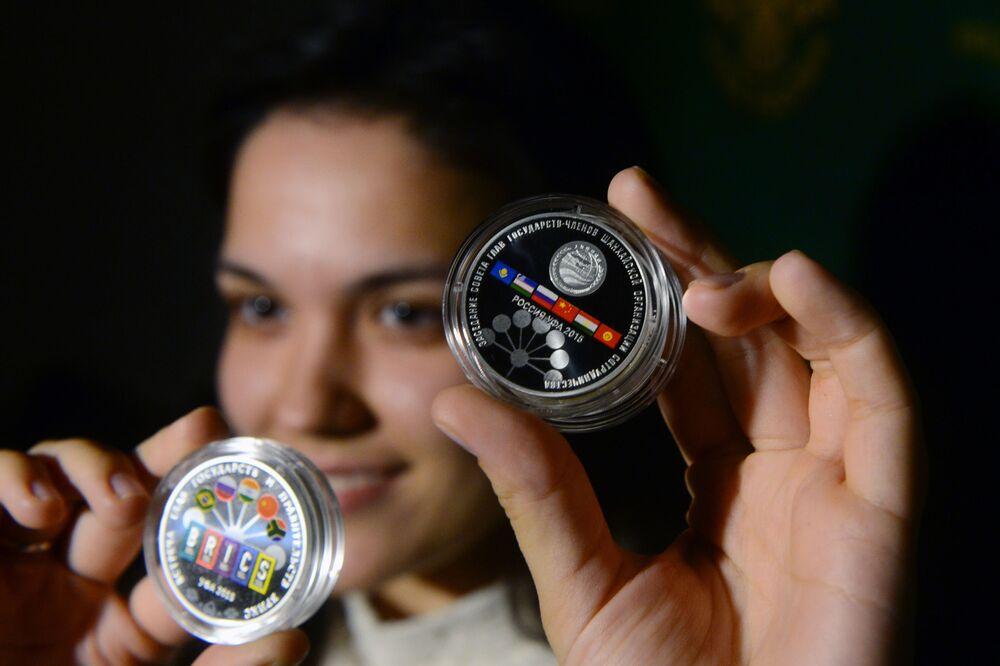Srebrne monety, wybite z okazji szczytów BRICS i SOW w Ufie