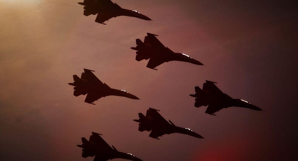 Zespół akrobacyjny sił powietrznych Russkije Witjazi na samolotach Su-27 w Petersburgu