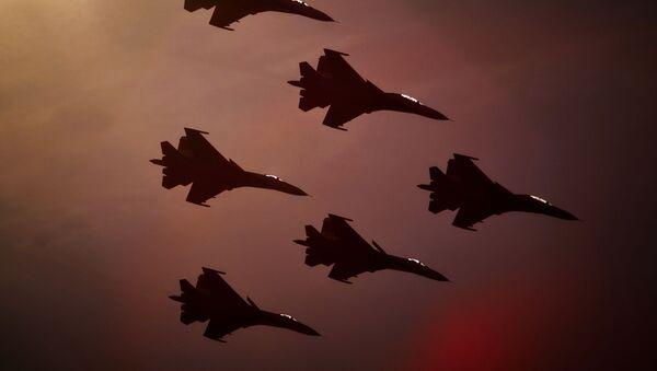 Zespół akrobacyjny sił powietrznych Russkije Witjazi na samolotach Su-27 w Petersburgu - Sputnik Polska