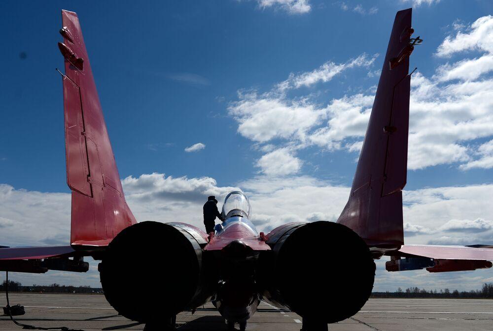 Samolot odrzutowy MiG-29 zespółu akrobacyjnego Striżi