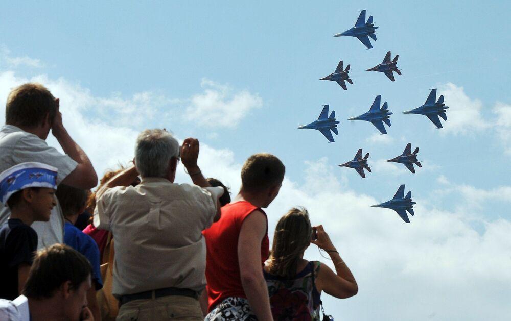 Występy Su-27 i MiG-29 podczas  pokazów lotniczych w Petersburgu